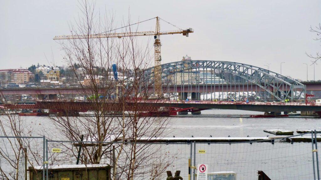 Stockholm. Ropsten och dne nya brom till Lidingö är under byggnad. Och vid och runt Ropsten är en ny stadsdel, Norra Djurgårdsstaden, på väg att växa fram