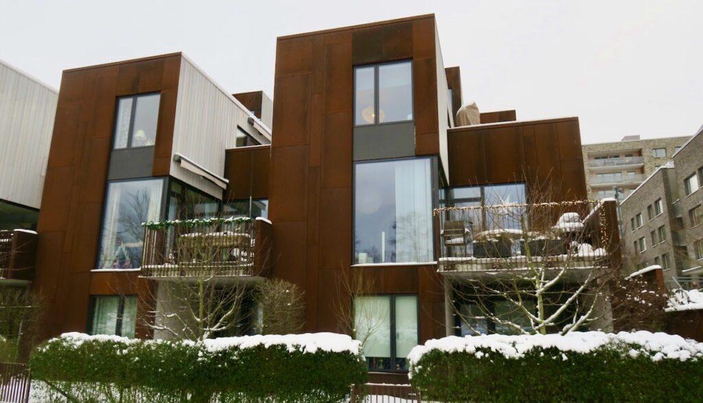 Stockholm. Norra Djurgårdsstaden. En ny stadsdel bör innehålla en del nytänkande och här har man byggt stadsradhus mellan de större bostadshusen.