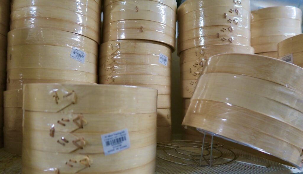 Sockholm. Södermalm. Den kinesiska butiken Kina Li sälher bambukorgar för ångkokning av jiaozi och baozi. Kanske kan man tycka sig få mer av kinesiska smaker och upplevelser genom att använda dessa.