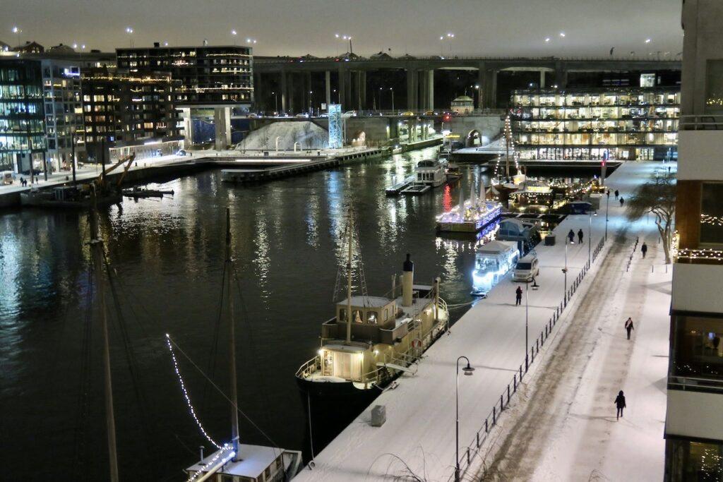 Stockholm. Södermalm. Norra Hammarbykajen. En vacker vinterkväll är det.