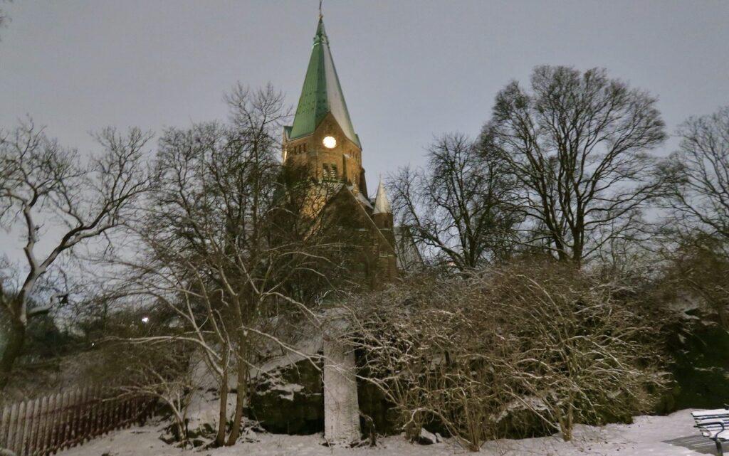 Stockholm. Södermalm. Sofia kyrka i Vita bergen skimrar och det är en vacker vinterkväll.