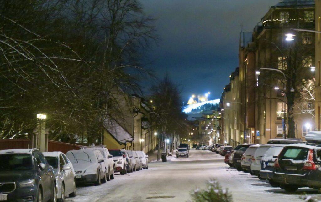 Stockholm. Södermalm. Malmgårdsvägen. Alls ingen trängsel-Och en vacker vinterkväll var det. Hammarbybacken i bakgrunden.