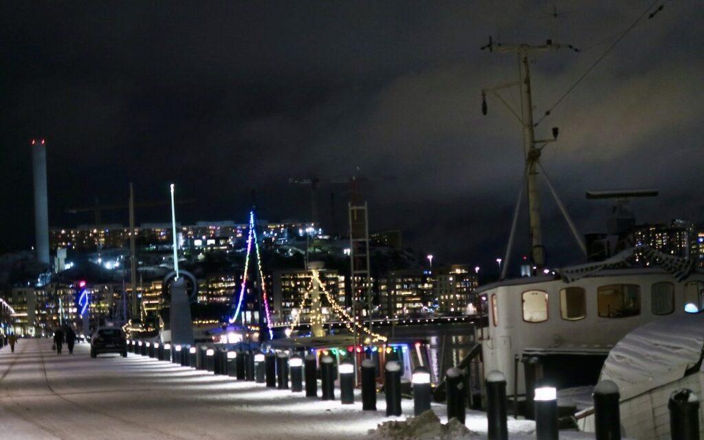 Stockholm. Södermalm. Norra Hammarbykajen. Än mer njutbart att gå här en vacker vinterkväll. Men kajen är fin alla tider på året.