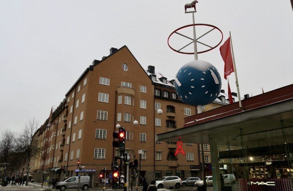 Stockholm. Södermalm. Skanstull. Klockan, Åhléns tidskula, har också sin historia.