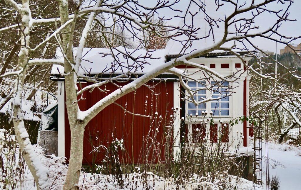 Stockholm. Södermalm. Mer historia än vad man kan tro finns i denna röda stuga i ERiksdalslundens koloniområde. Den är ritat av en av Sveriges främsta arkitekter i början av 1900-talet; Ferdinand Boberg.
