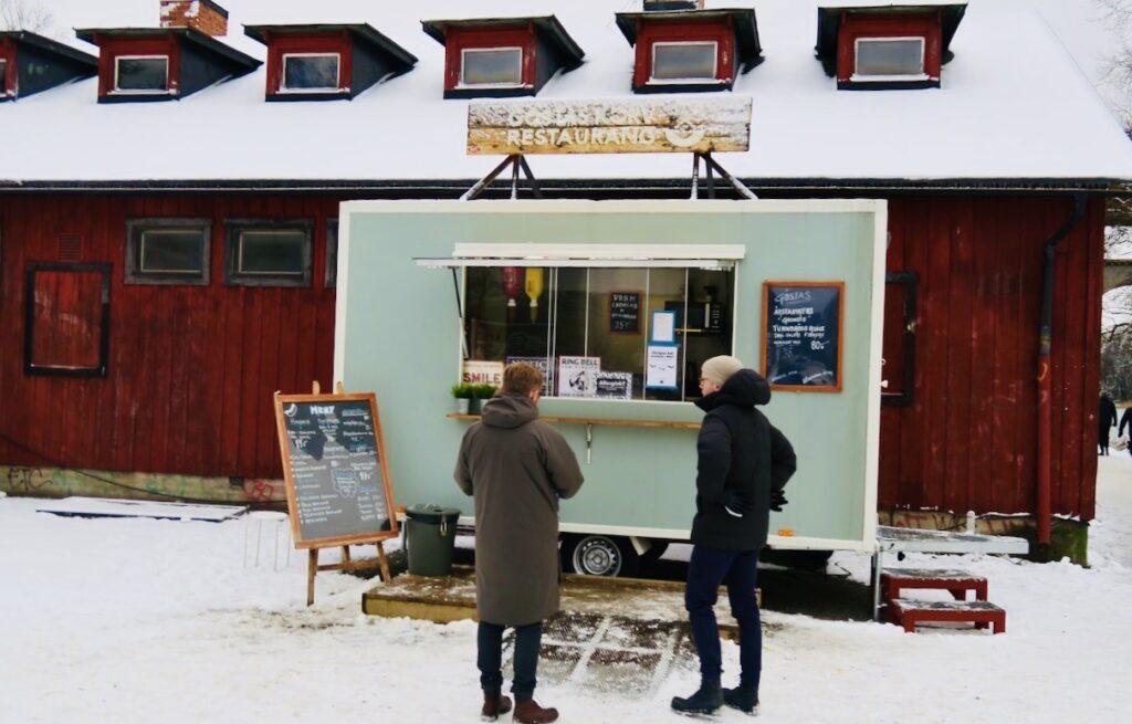 Stockholm . Södermalm. Fint med en paus vid Göstas Korvrestaurang när man är på väg.