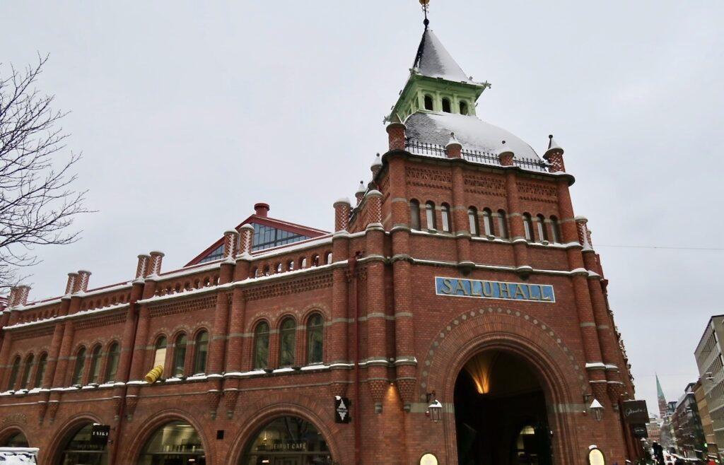 Stockholm. Östermalms saluhall. Till fördelarna med att bo här är tillgången till olika saluhallar.