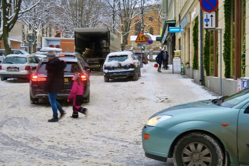Stockholm. Östermalmstorg. Inga direkta fördelar att ha privatbil med sig hit en snöig vinterdag.