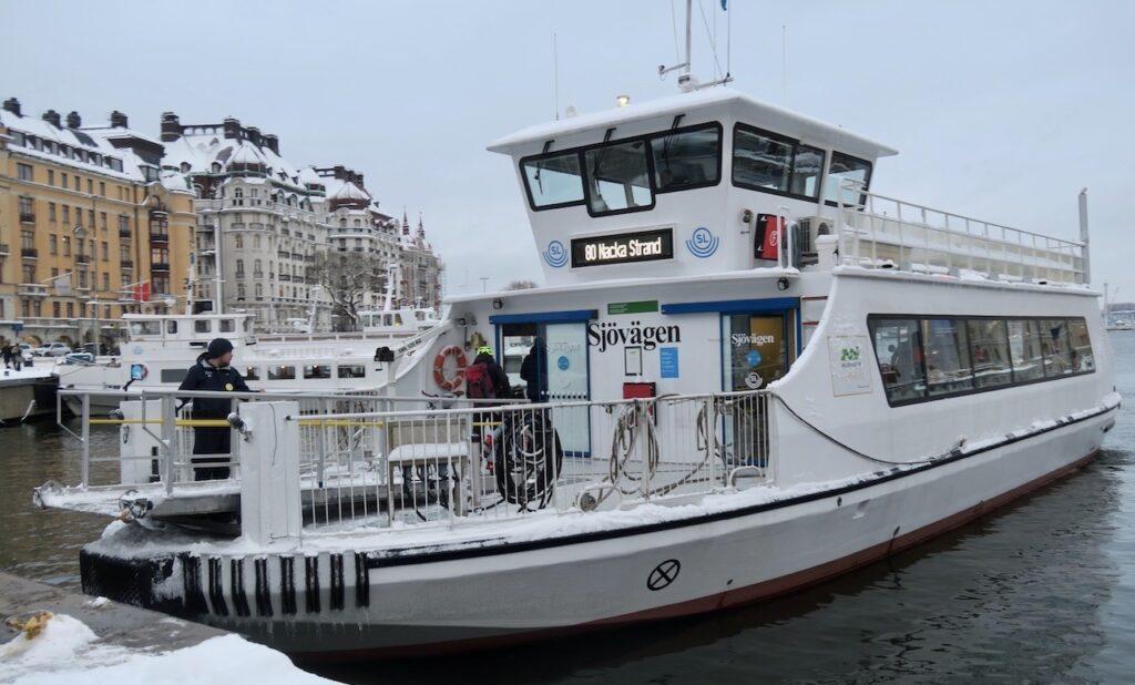 """Stockholm. Nybroviken. Pendelbåten """"Sjövägen"""" har just lagt ut och är på väg mot Nacka strand. Men jag valde en annan båt hem till Söder-"""