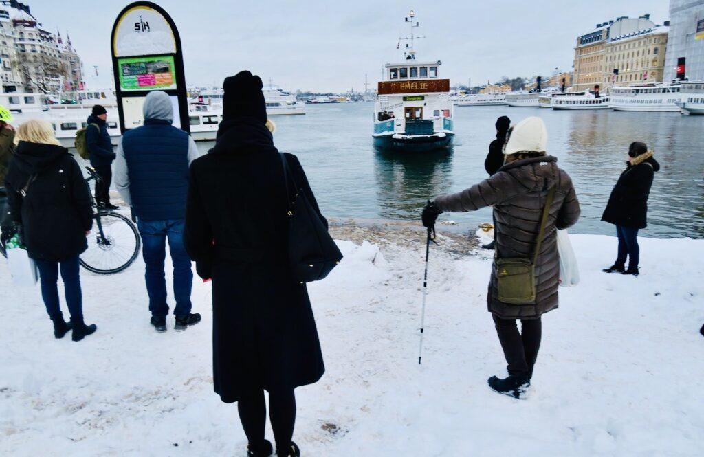 Stockholm. Nybroviken. En av flera fördelar med att bo på Södermalm är att kunna ta båten hem.