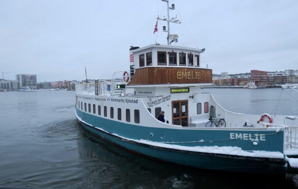 Stockholm. Södermalm. Barnängsbryggan. Färjan Emelie är på väg mot Hammarby Sjöstad och Lumabryggan