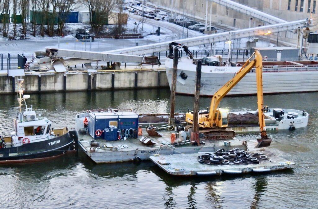 Stockholm. Södermalm. Hemma i lägenheten har jag god utsikt och kan fortsätta att följa jobbet i kanalen.