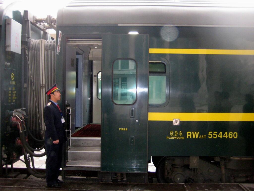 Peking. Att resa med tåg är en speciell upplevelse. Här med tåg från Peking till Lhasa i Tibet.