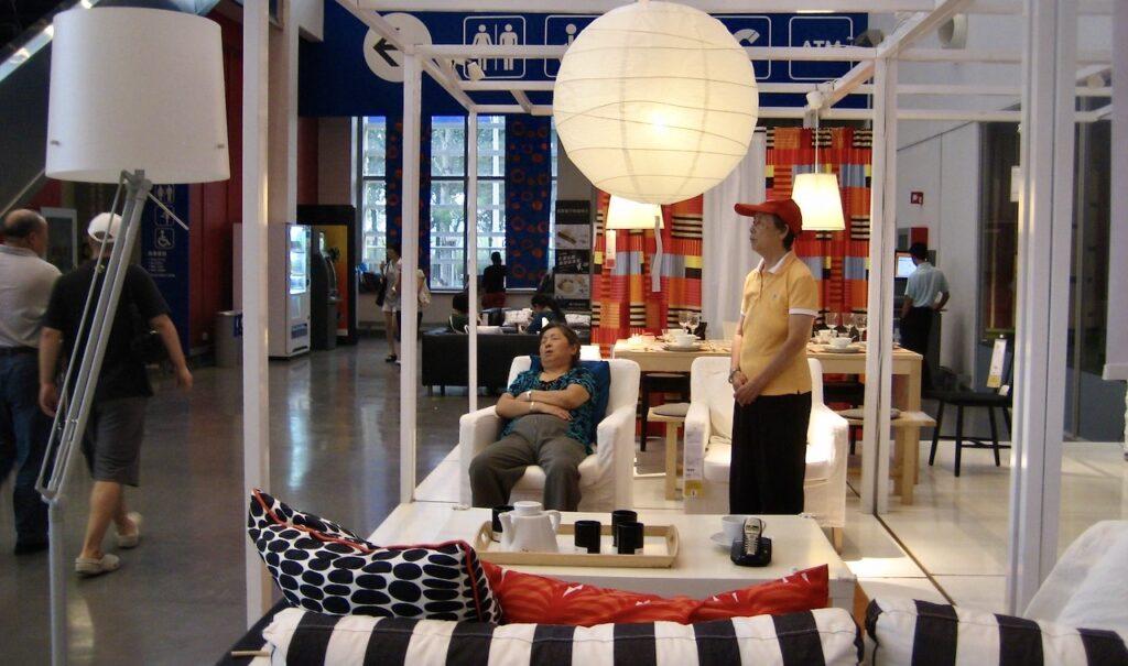 Kina. Peking. IKEA. Fåtöljen verkar bekvänm att sova i.