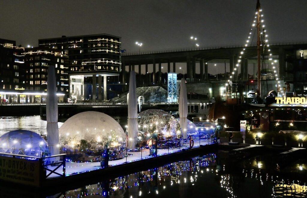 Stockholm. Södermalm. Att blixtra - många lampor gnistrar och speglar sig och kan också en ut som blixtar