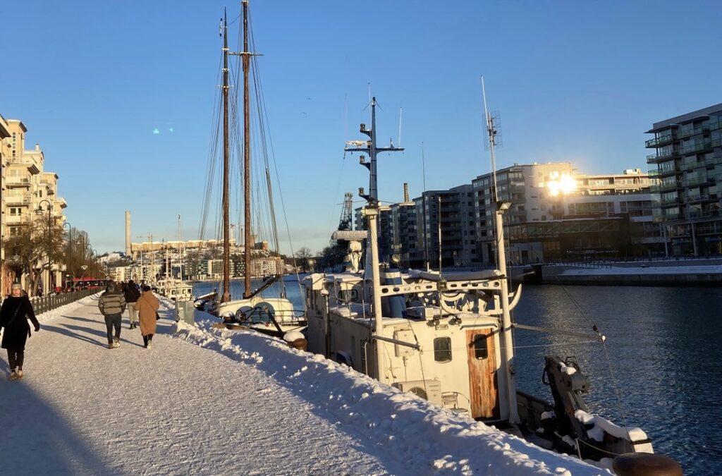 Stockholm. Södermalm. Norra Hammarbykajen. Sett i veckan. Många som söker sig hit för promenader.