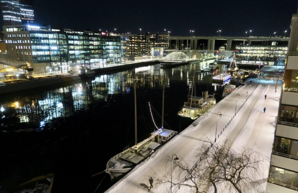 Atockholm. Södermalm. Hammarbykanalen. Hemma i soffan är det den här vyn vi har.