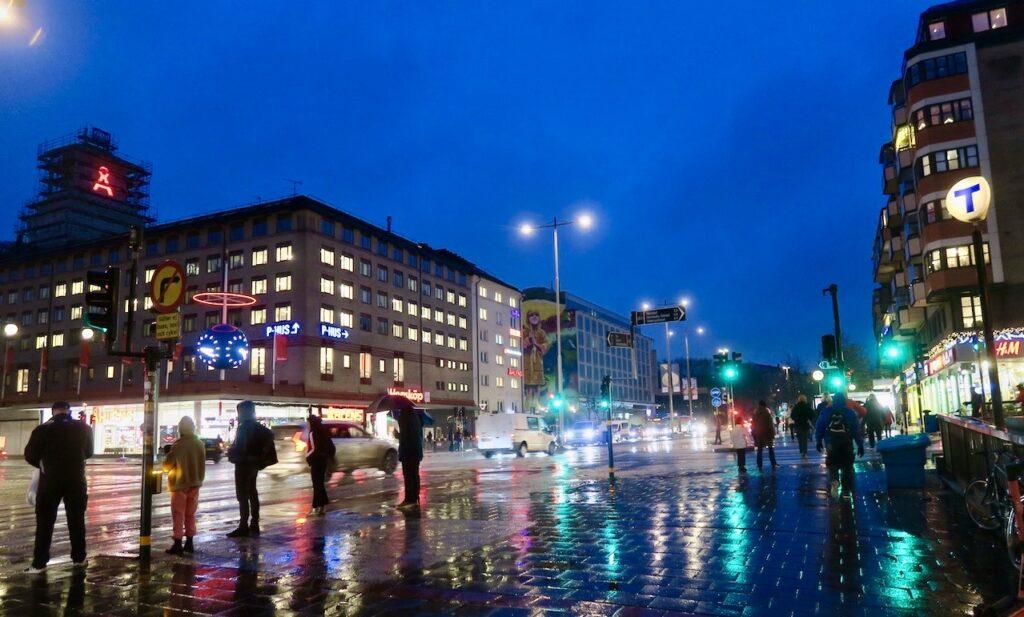 Stockholm. Södermalm. Skanstull. Många olika ljus som speglar sig.