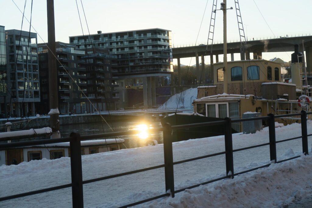Stockholm. Södermalm. Norra Hammarbyhamnen. Solens speglingar fanns på flera ställen i Hammarbykanalen.