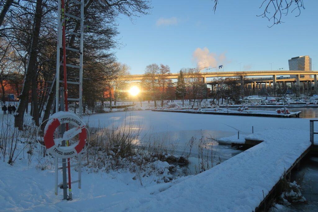 Stockholm. Södermalm. ERiksdalsområdet. Solens speglingar är fortfarande påtagliga.