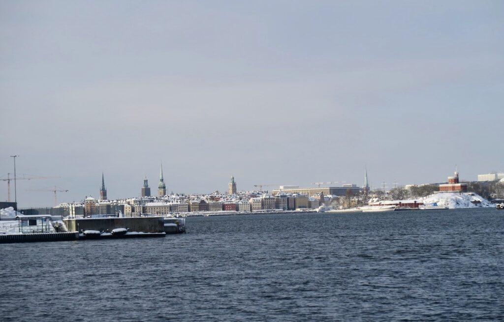 Stockholm. Saltsjökvarn. I väntan på båten mot Djurgården blickar jag in mot Gamla stan och andra delar av huvudstaden