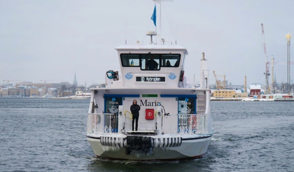 Stockholm. Saltsjökvarn. Pendelbåten kommer och jag är snart på väg över till Djurgården.