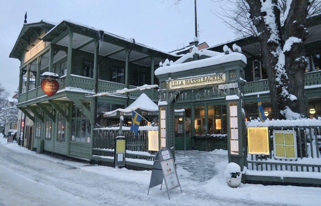 Stockholm. Djurgården. Restaurang Lilla Hasselbacken. Strax bakom finns den idylliska Djurgårdsstaden.