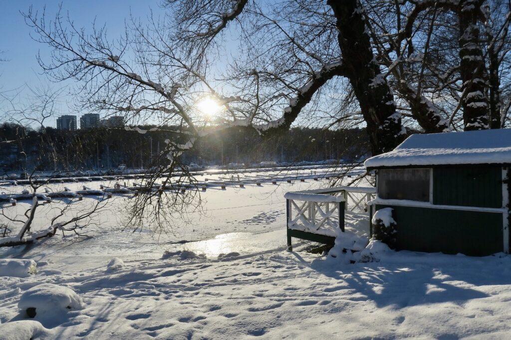 Stockholm . Södermalm. Årstaviken. Mycket vitt och blått och strålande sol.