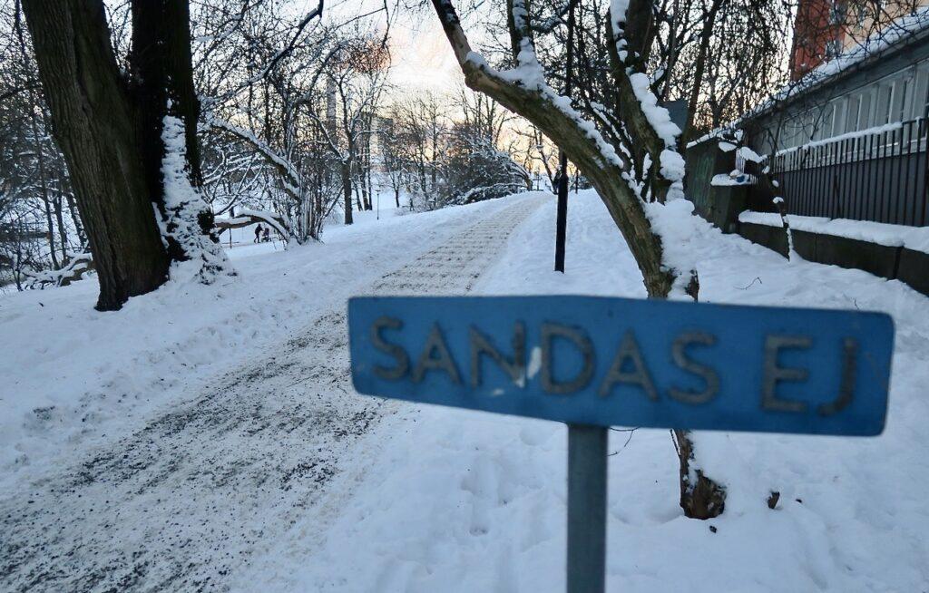 """Stockholm. Södermalm. Sett i veckan. """"Sandas ej"""". Men se här har man sandat. Bra så."""