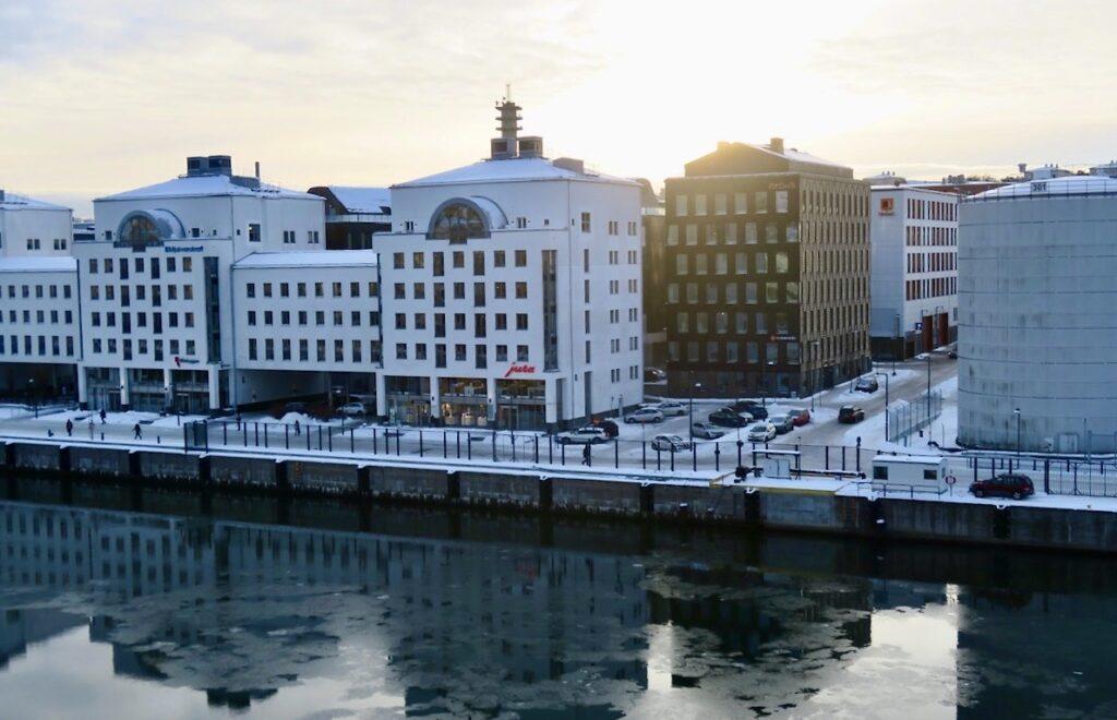 Stockholm. Södermalm. Här hemma vid Hammarbykanalen har isen inte lagt sig.