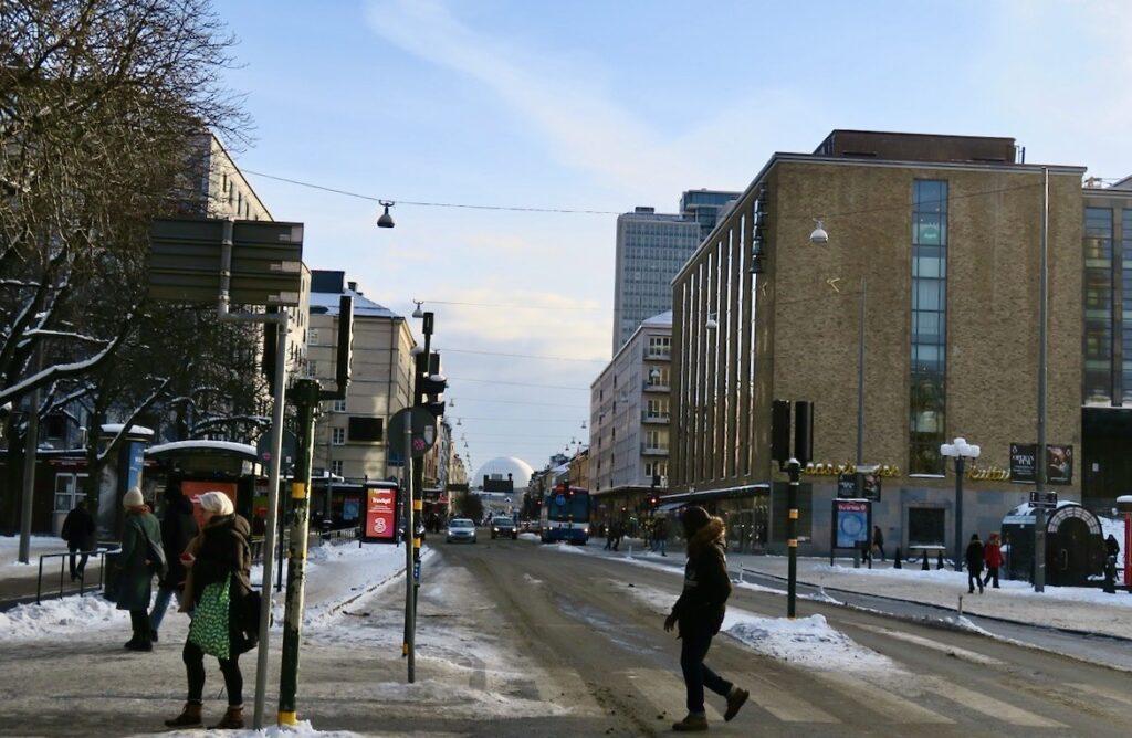 Stockholm. Södermalm. Medborgarplatsen. Jag är på väg tvärs över Södermalm. Från södra delen til den norra.