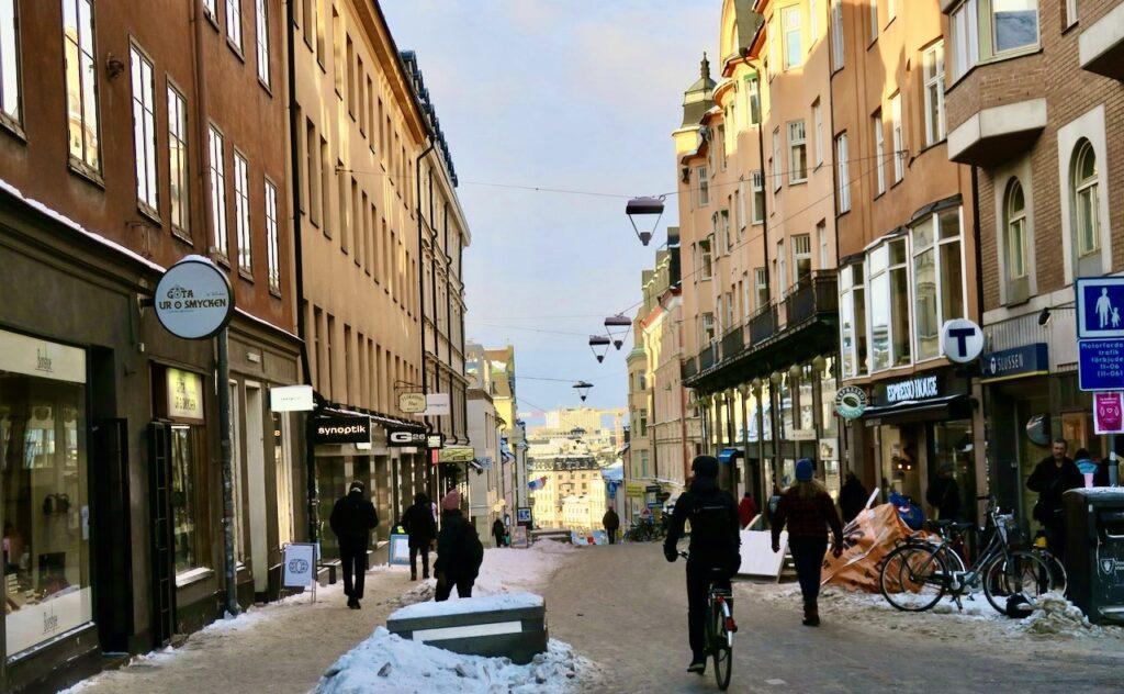 Stoclkholm. Södermalm. Götgatan. Sett i vekcan att trottoarerna har snö men inte själva gatan där cyklister och fotgängare ska samsas.