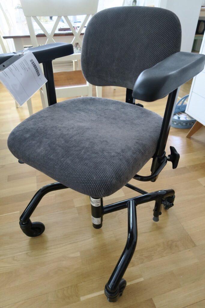 En fantastisk arbetsstol. I blrjan behövde jag daglig träning för att få upp hastigheten på att ställa in och om den.
