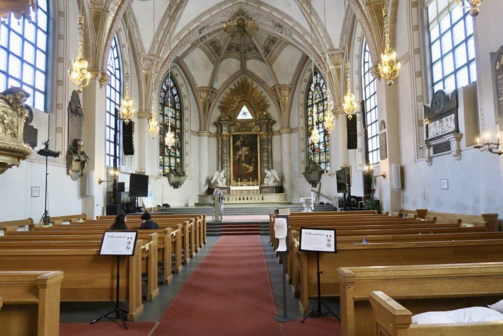 Stockholm. S:ta Clara kyrka. Här utgör alla som arbetar verkligen en hjälpande hand för de ustatta.