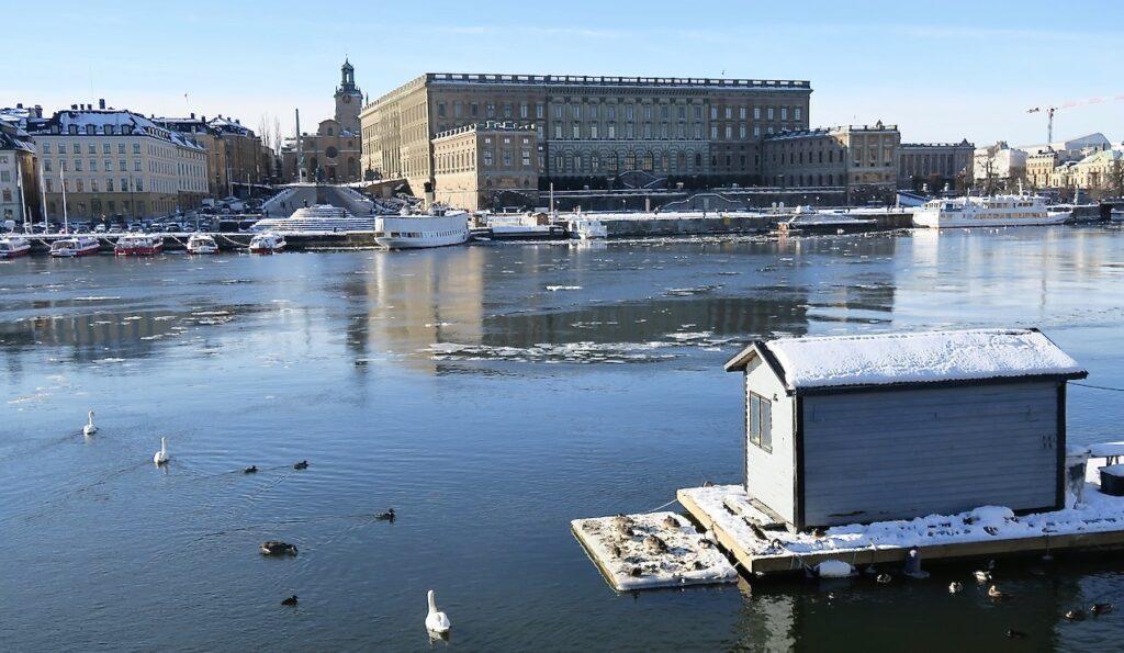 Stockholm. Skeppsholmen. Vi ser både Kungliga slottet och Storkyrkan på andra sidan vattnet.
