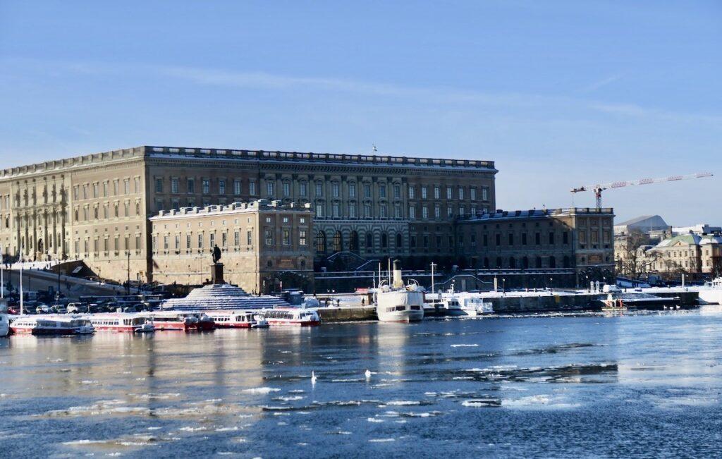 Stockholm. PÅ väg till Skeppsholmen ser vi Kungliga slottet på abdra sidan Stockholms ström