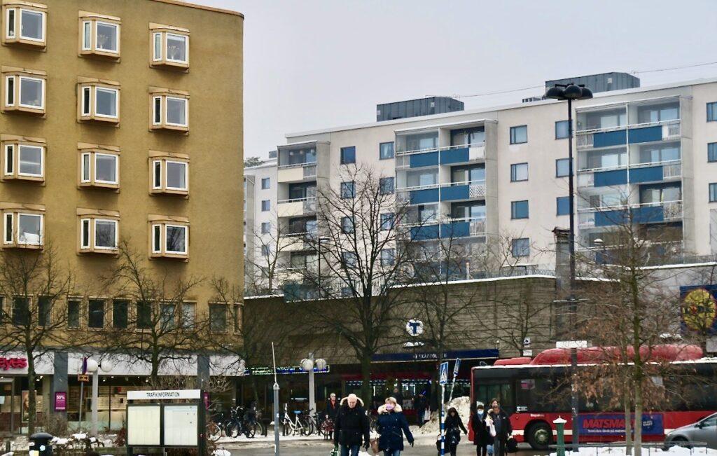 Stockholm. Skärholmen här ska jag på min turné till IKEA i Kungenskurva byta byta till buss.