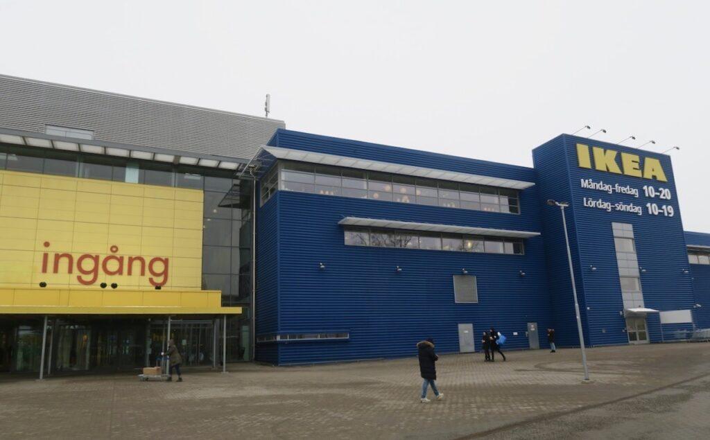 Stockholm. Skärholmen. På turné till IKEA