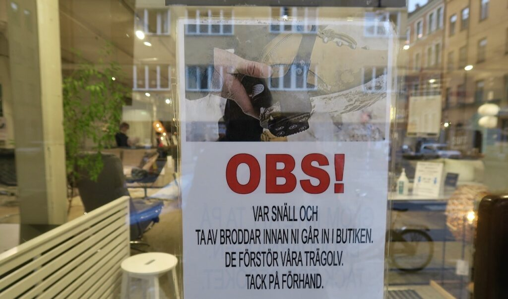 Stockholm. Södermalm. Möbrlbutik. Här blir man upplyst om att ev. broddar ska av.