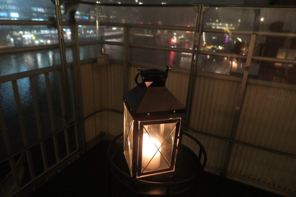 Stockholm. Ofta får en ljuslykta brinna hemma på balkongen