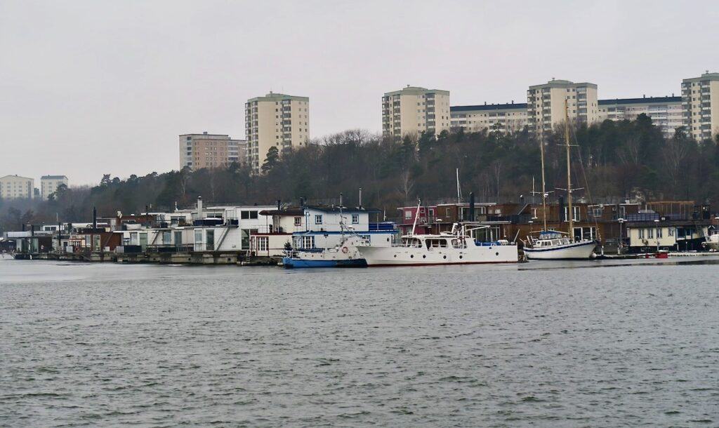 Stockholm. Kungsholmen.Hornsbergs strand. Ulvsundasjön. Solna.Visst vårkänsla infann sig trots olika nyanser av grått.
