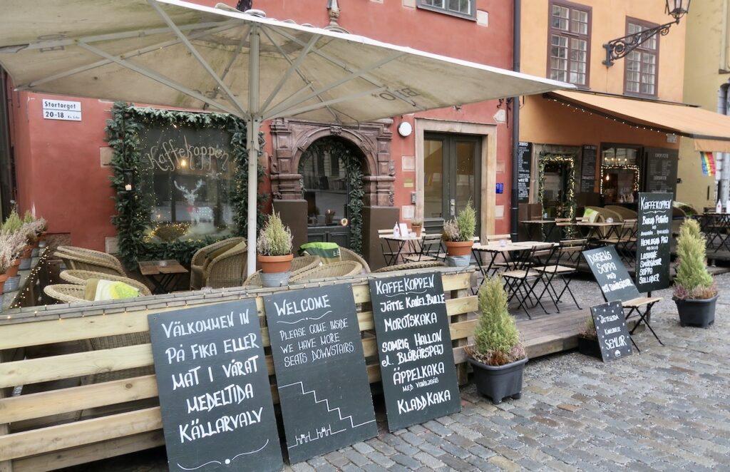 Stockholm. Gamla stan. På restaurang/café Kaffekoppenblir man genom tydliga skyltar upplyst om vad som kan erbjudas.