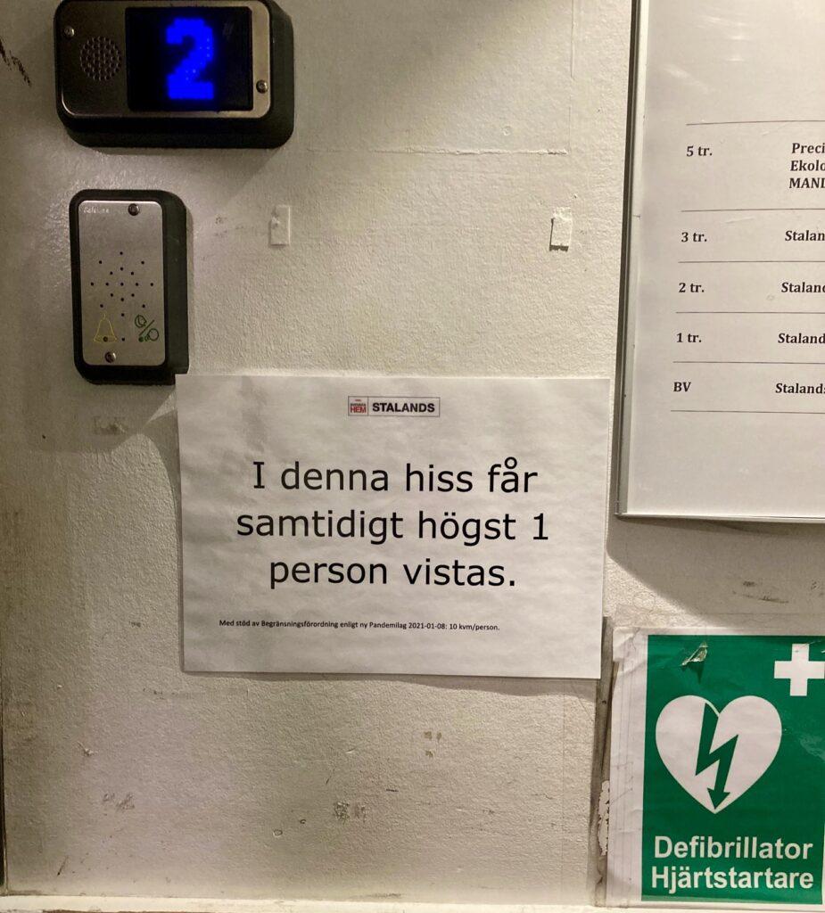 Stockholm. Södermalm. I en hiss blev jag upplyst om att det samtidigt fick vistas en person i här.