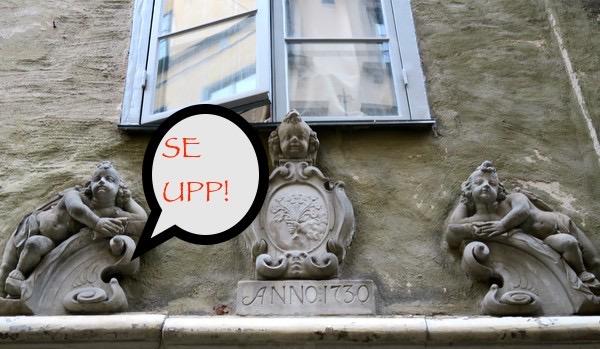 Stockholm. Gamla stan. Här var det förr bäst att se upp. Man visste inte vad som junde kastas ut här genom fönstren.