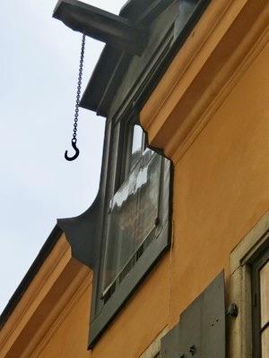 Stockholm. Gamla stan. En hissbom som man använde för att ta upp varor till vinden. Även denna fick man se upp med.