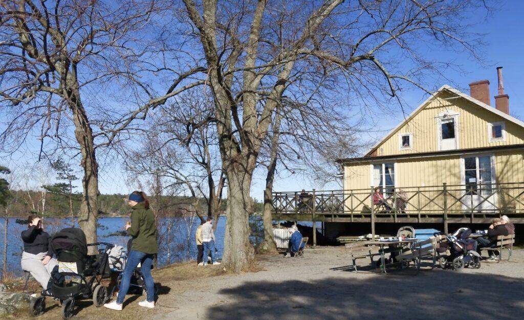Stockholm. Mälarhöjden. Café Uddvillan. Vi stannar till och tittar en stund innan vi fortsätter vår runda.