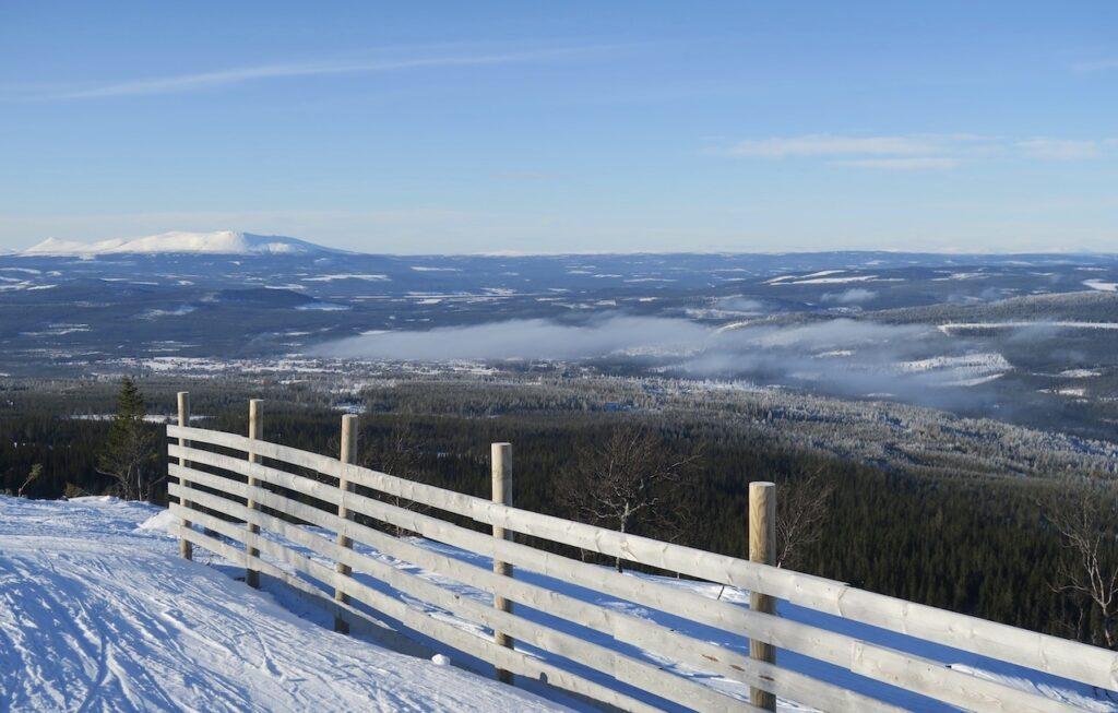 Sverige. Storsta delen av kandet har kalltempererat klimat med snö vintertid på många platser. Här Vemdalen