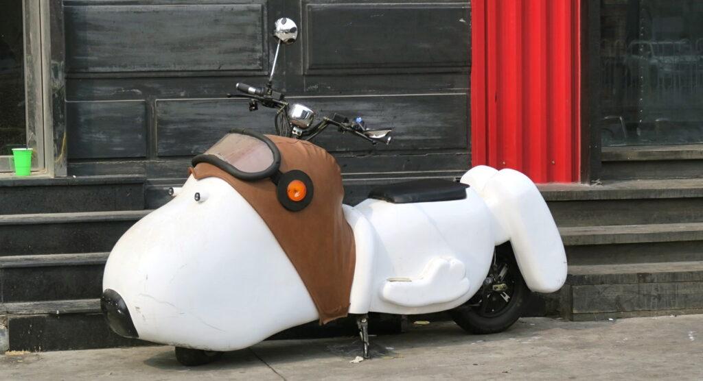 KIna. Peking. Ett specialfordon. En scooter i form av Snobben. Hade gärna velat åka runt med denna .