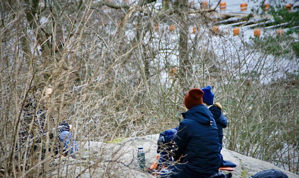 Stockholm. Södermalm. Eriksdalslunden. På vägen hem såg jag några som slagit sig ner för en förmiddagsfika på berget.