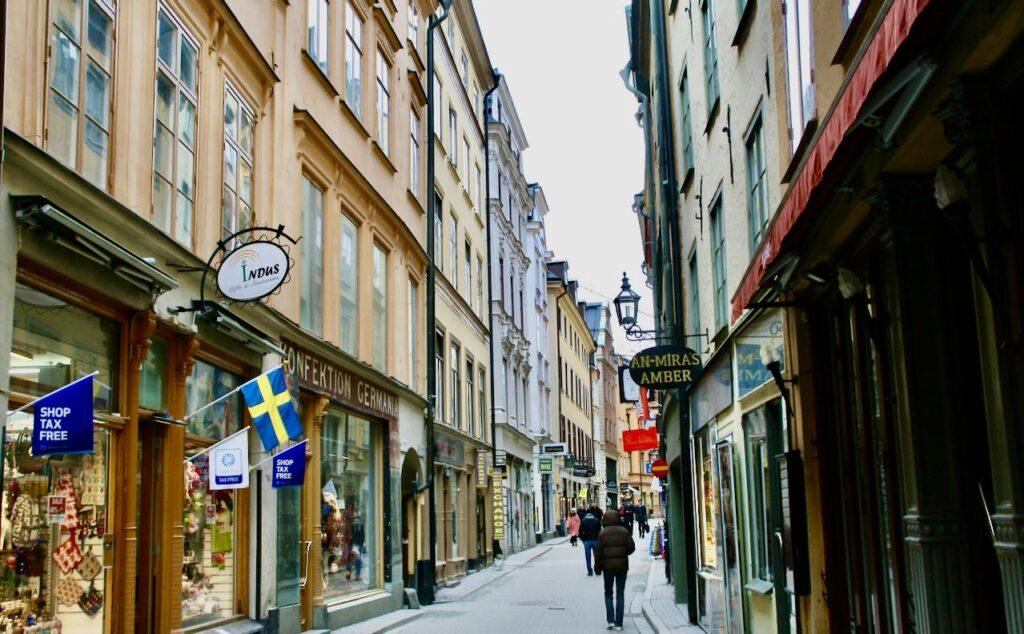 Stockholm. I Gamla stan ligger Västerlånggatan fortfarande ganska öde. Sorgligt att se